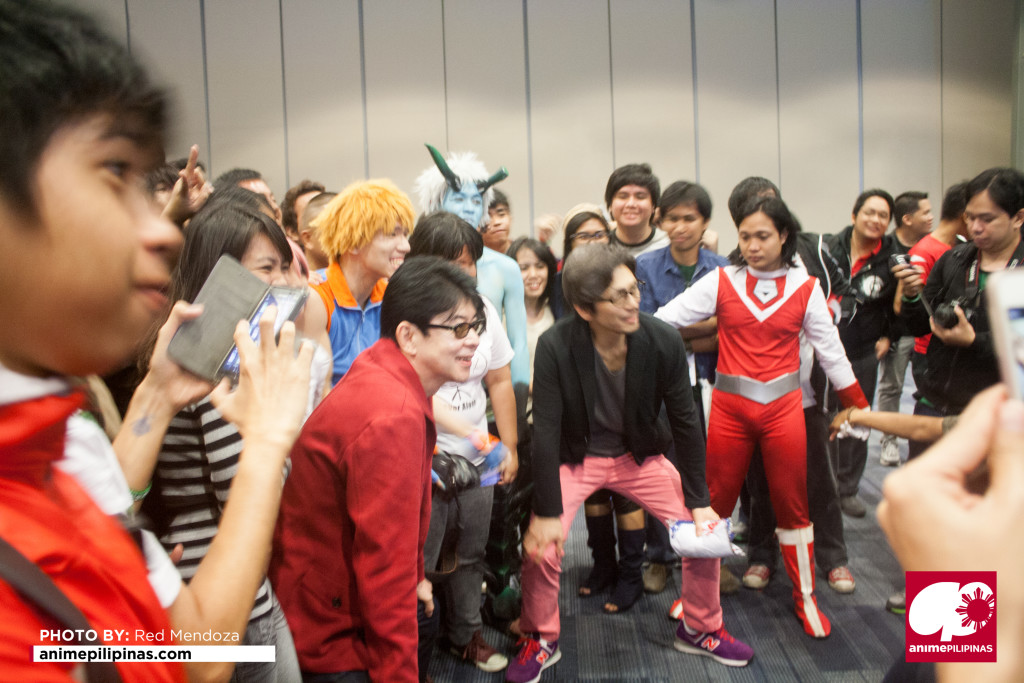 Popular sentai actors Kazunori Inaba and Kei Shindachiya surrounded by their fans and event-goers. (Photo by Red Mendoza / Anime Pilipinas)