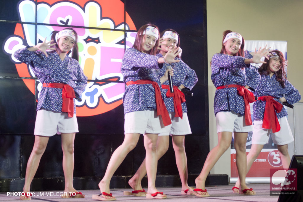 Local idol group Kawaii5 performing on the Hall EX stage, promoting the Japanese drama series Ama-chan, airing on TV5. (Photo from JM Melegrito / Anime Pilipinas)