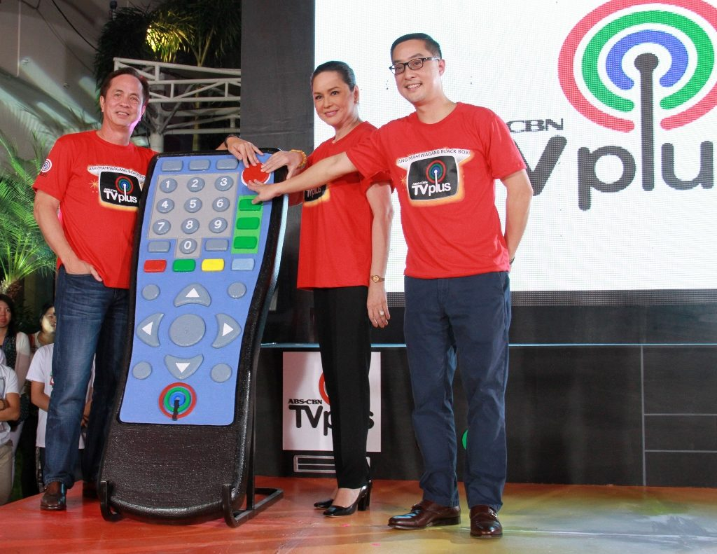 (from Left) ABS-CBN Chaiman Eugenio Lopez III, Former President & CEO Charo Santos-Concio, and Newly-appointed President & CEO Carlo Katigbak. (Photo from LopezLink)