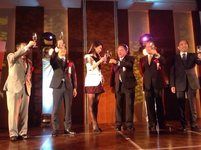 Sayaka Akimoto (L) and Tourism Secretary Ramon Jimenez (R) in the middle, together with other officials. (Photo from Sayaka Akimoto's Ameblog page)